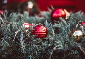 christmas-decorations-on-greenery_925x