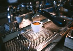 pouring-an-espresso_925x