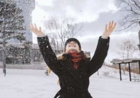 woman-throwing-snow-in-park_925x