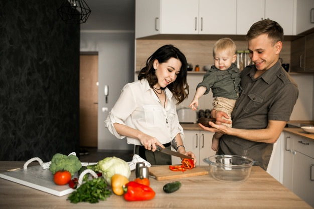 family-in-the-kitchen_1303-4817